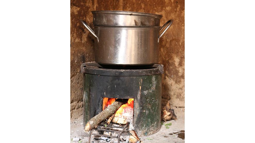 Der effiziente Kochofen verbraucht deutlich weniger Holz